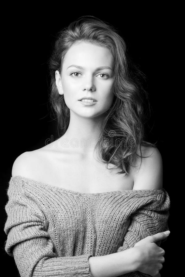 Zwart-wit portret van mooi sexy meisje royalty-vrije stock afbeeldingen