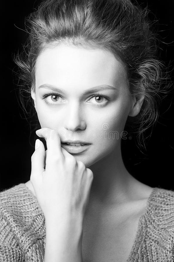 Zwart-wit portret van mooi sexy meisje royalty-vrije stock foto's