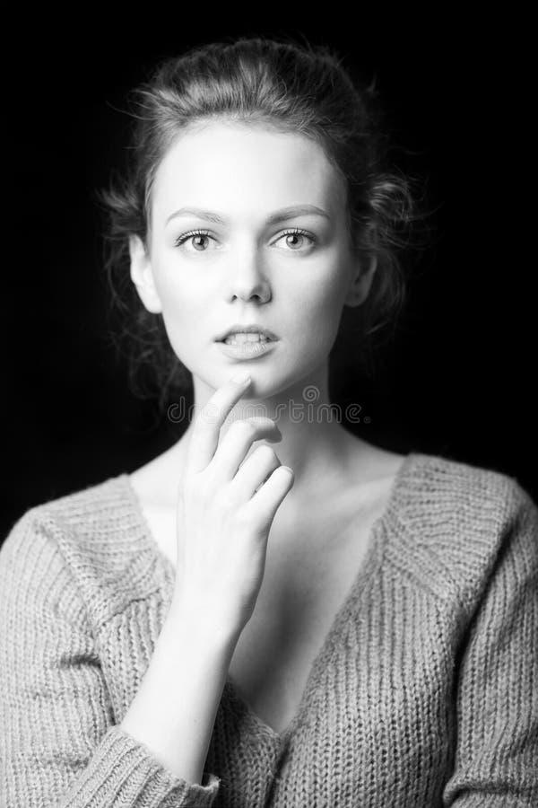 Zwart-wit portret van mooi sexy meisje royalty-vrije stock afbeelding