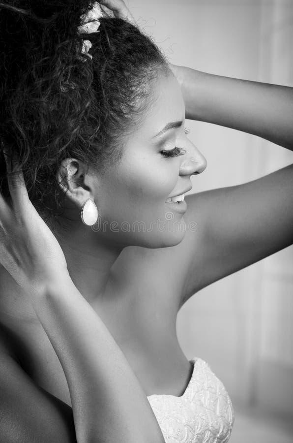 Zwart-wit portret van mooie Afrikaan stock afbeelding
