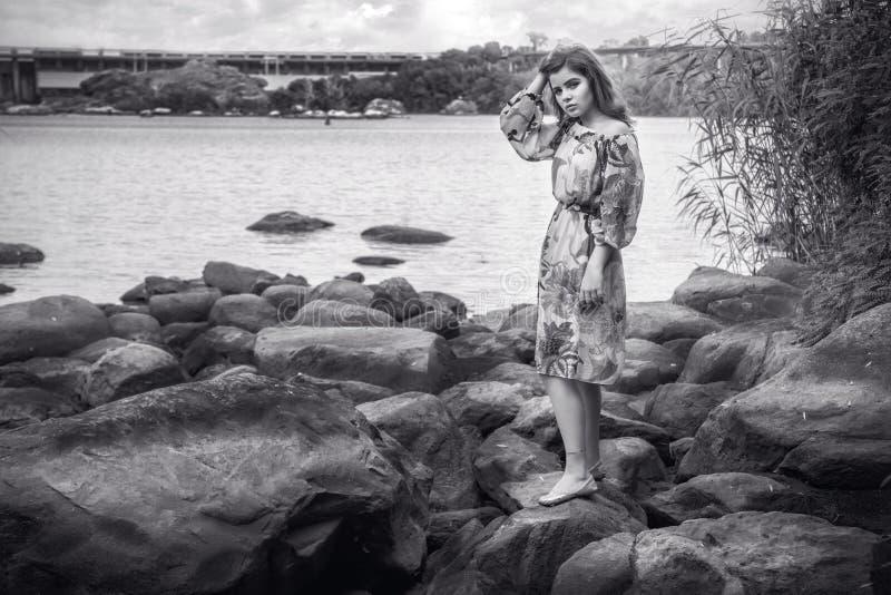 Zwart-wit portret van mooie droevige en pijnlijke jonge vrouw stock foto's