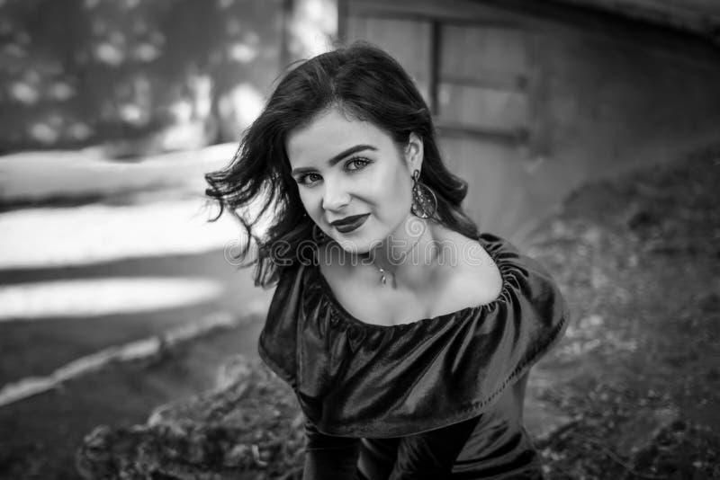 Zwart-wit portret van mooie jonge donkerbruine vrouw stock foto