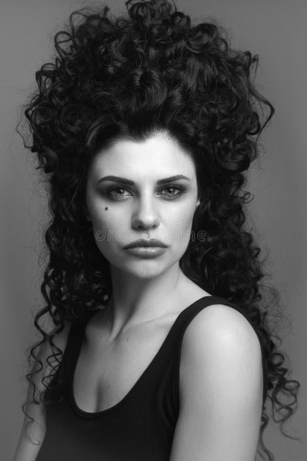 Zwart-wit portret van mooie vrouw met luim vin royalty-vrije stock afbeeldingen
