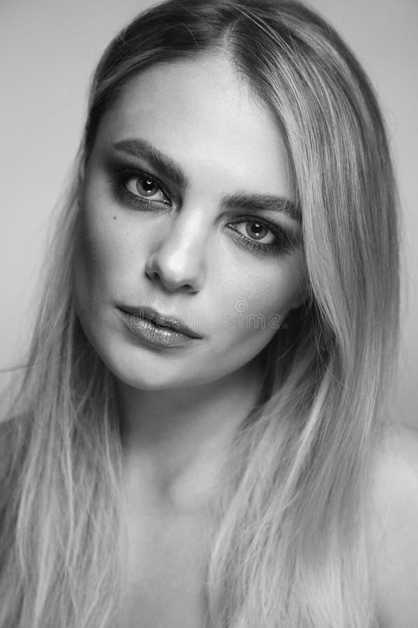 Zwart-wit portret van mooie vrouw met rokerige oogsamenstelling stock afbeeldingen