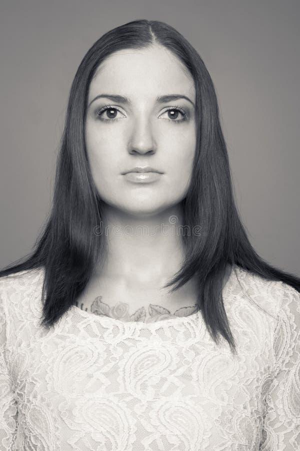 Zwart-wit portret van yuong Kaukasisch brunette stock foto