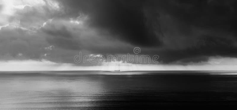 Zwart-wit schip in het onweer royalty-vrije stock afbeelding