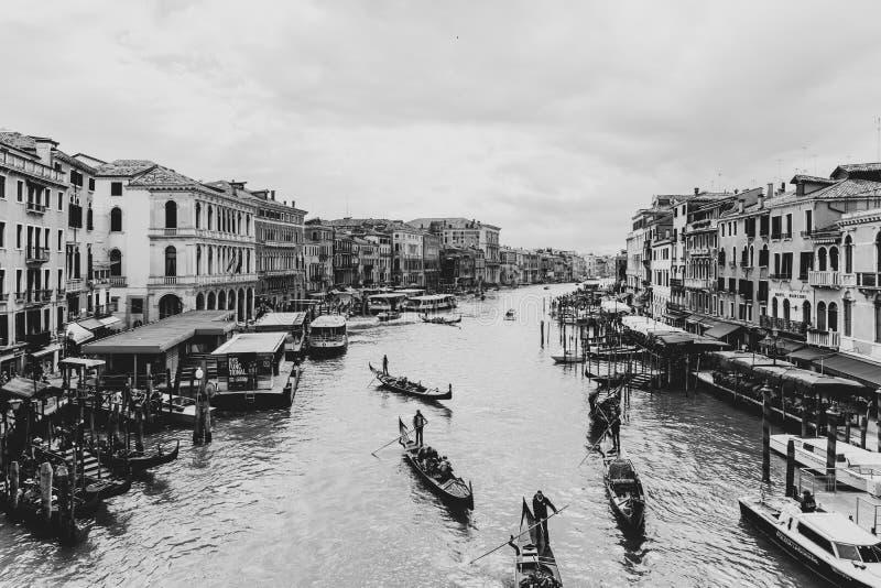 Zwart-wit schot van een rivier in Italië met gondels stock afbeeldingen