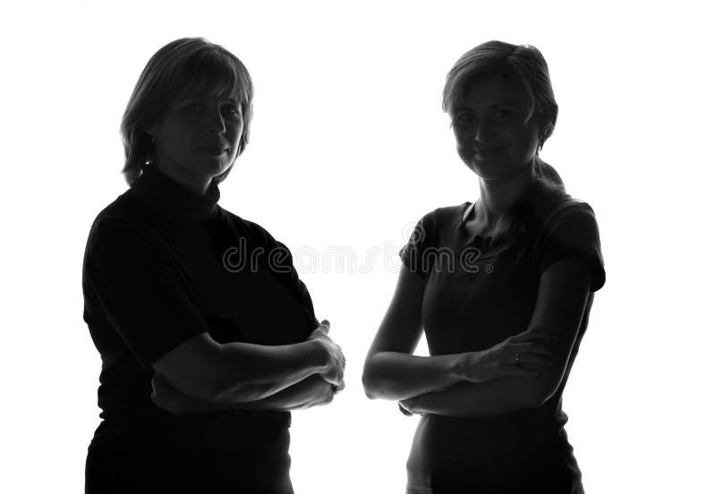 Zwart-wit silhouet van een gelukkige familie in aanwezigheid van een moeder en een dochter stock foto's