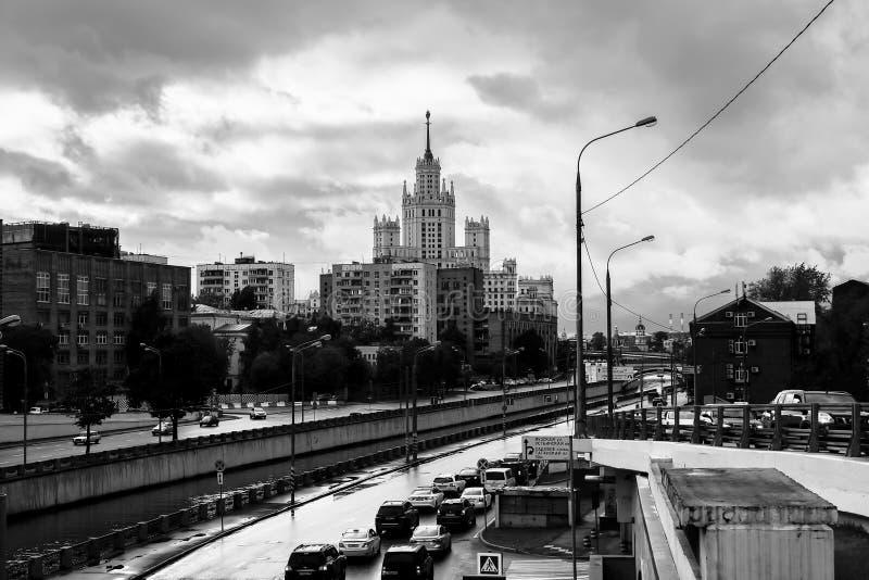 Zwart-wit stedelijk landschap Mening van de rivier Yauza en zijn dijken op regenachtige dag, Moskou, Rusland stock fotografie