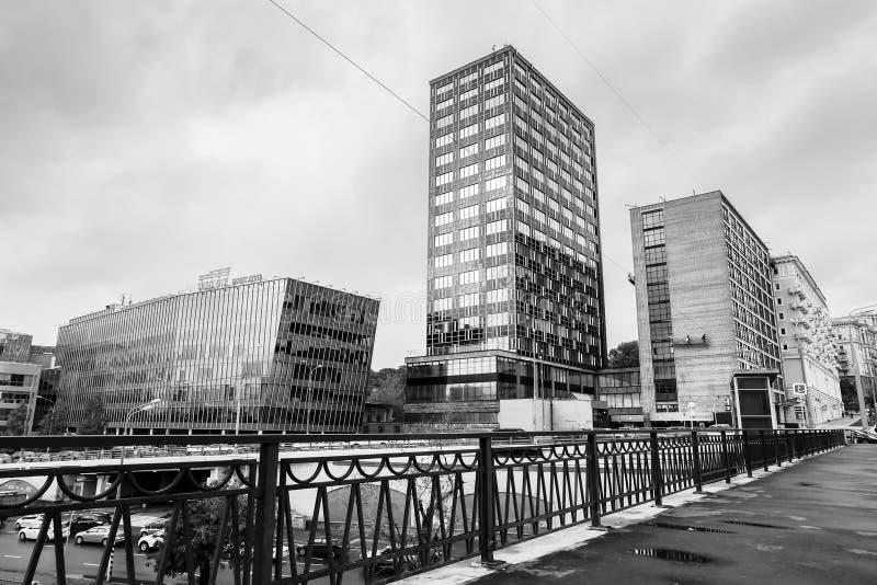 Zwart-wit stedelijk landschap op regenachtige dag Mening over de commerciële centra door de brug Visokoyauzskiy, Moskou de stad i stock afbeelding