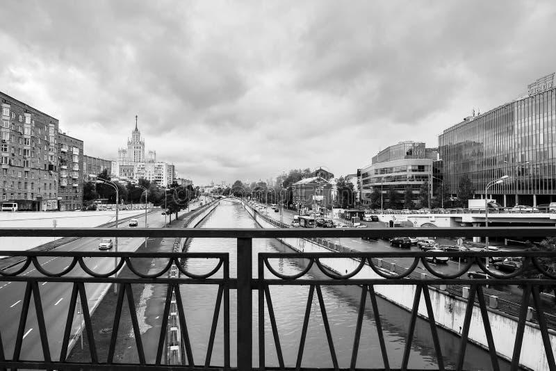 Zwart-wit stedelijk landschap op regenachtige dag Mening van de rivier Yauza door de brug Visokoyauzskiy, Moskou, Rusland stock foto's
