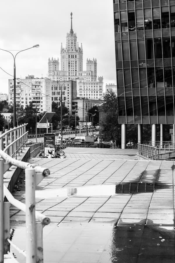 Zwart-wit stedelijk landschap op regenachtige dag Mening van de werf van het moderne commerciële centrum, Moskou, Rusland royalty-vrije stock foto