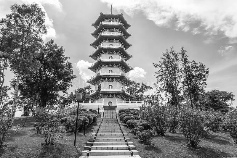 Zwart-wit van Chinese Tuinen is de pagode één van de meest herkenbare pictogrammen in Singapore stock fotografie