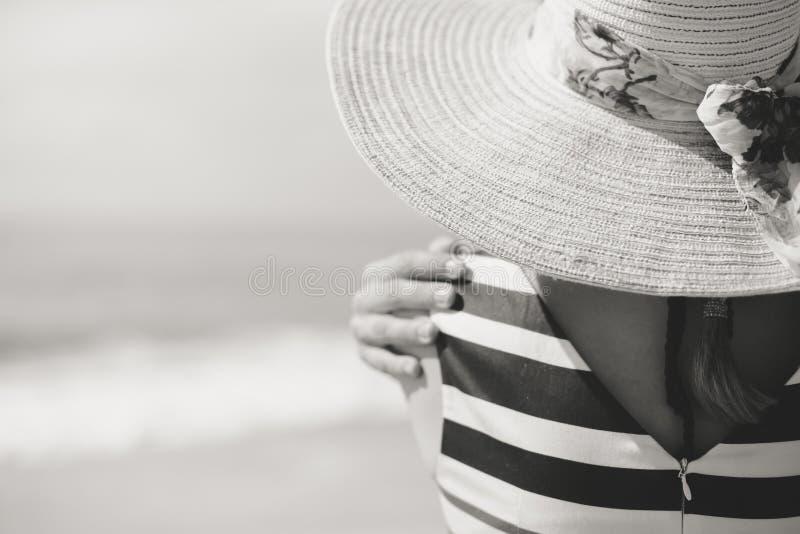 Zwart-wit van mooie romantische dame die de zomer van strand genieten die op zee kijken Achter mening royalty-vrije stock foto