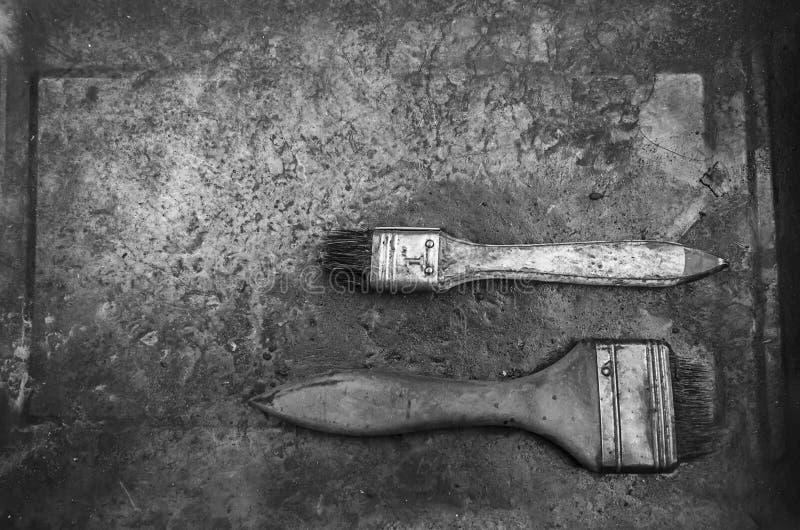 Zwart-wit van oude gebruikte verfborstel op metaalplaat royalty-vrije stock foto's