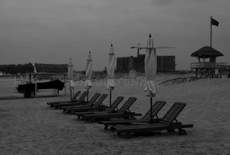zwart-wit verlaten strand stock afbeelding