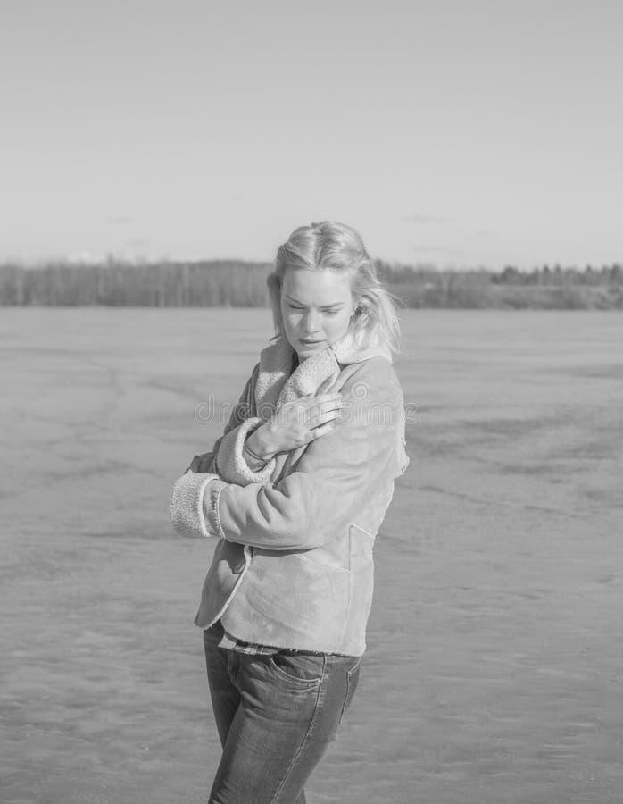 Zwart-wit, wordt het meer gesloten van de wind door mooi stock foto