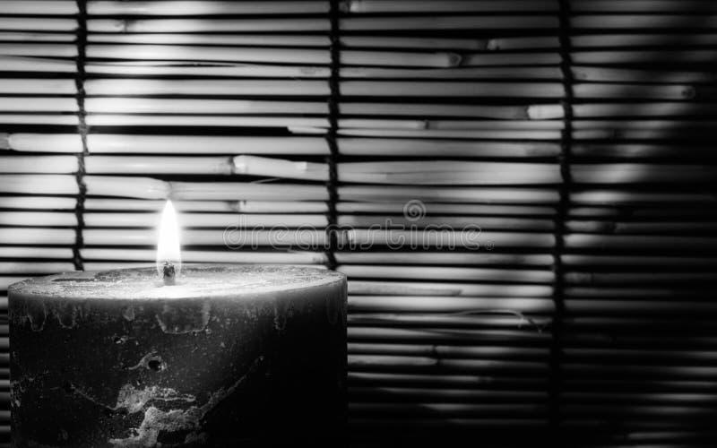 Zwart-witte beeldstijl Kaarslicht op vage oude woode stock foto's