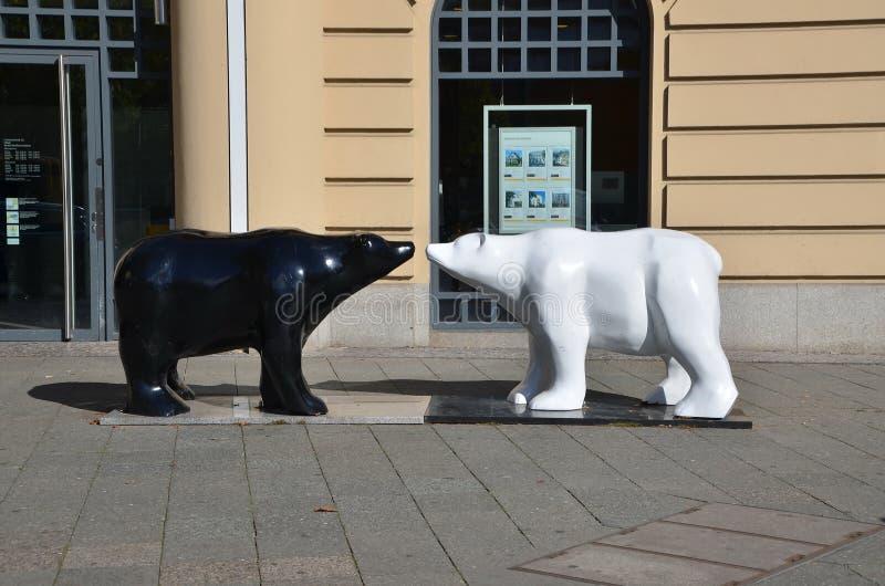 Zwart-witte beren Stedelijk Beeldhouwwerk stock foto