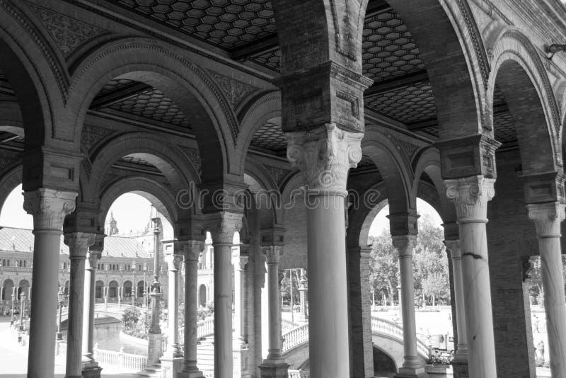 Zwart-witte bogen bij het vierkant van Spanje royalty-vrije stock afbeelding
