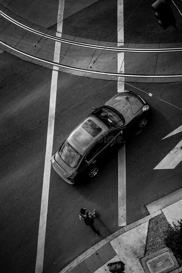 Zwart-witte bovenkant vidw van straat en auto's stock afbeeldingen