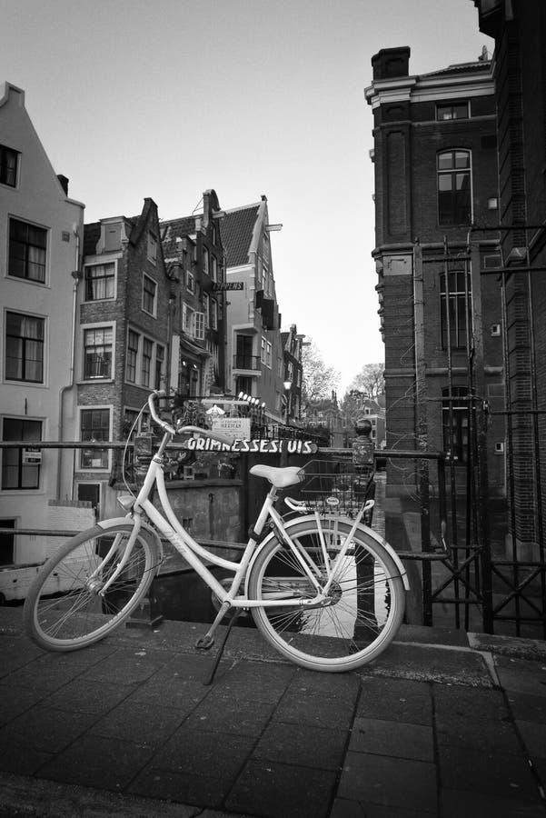 Zwart-witte de fiets van Amsterdam stock fotografie