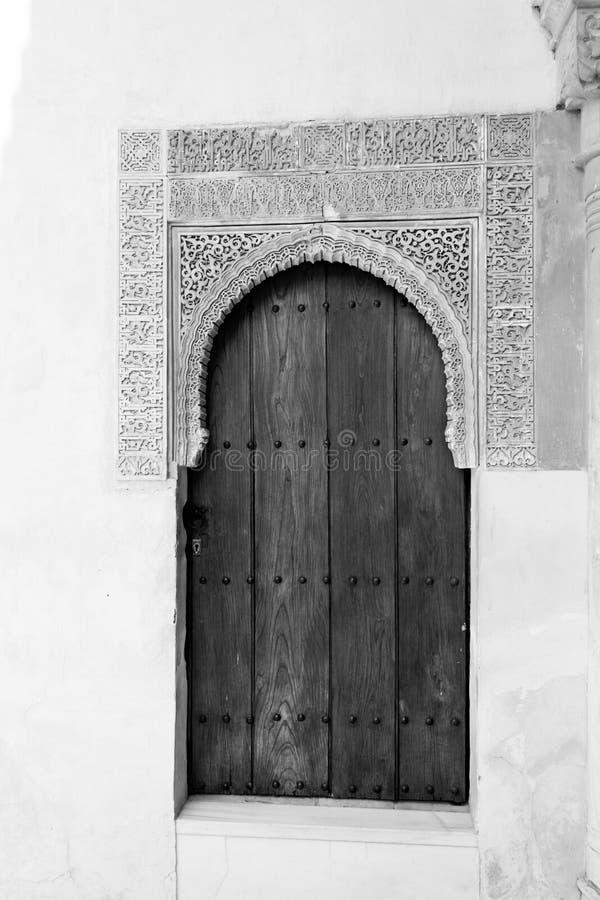 Zwart-witte deur in Alhambra royalty-vrije stock fotografie