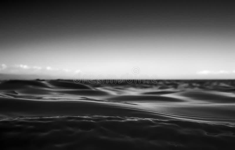 Zwart-witte Dichte omhoog Fluweelachtige Oceaanoppervlakte met Hemel stock fotografie