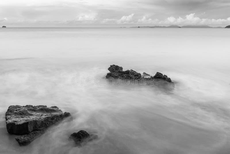 zwart-witte die fotografiestenen op het strand door Se wordt gewassen royalty-vrije stock foto's