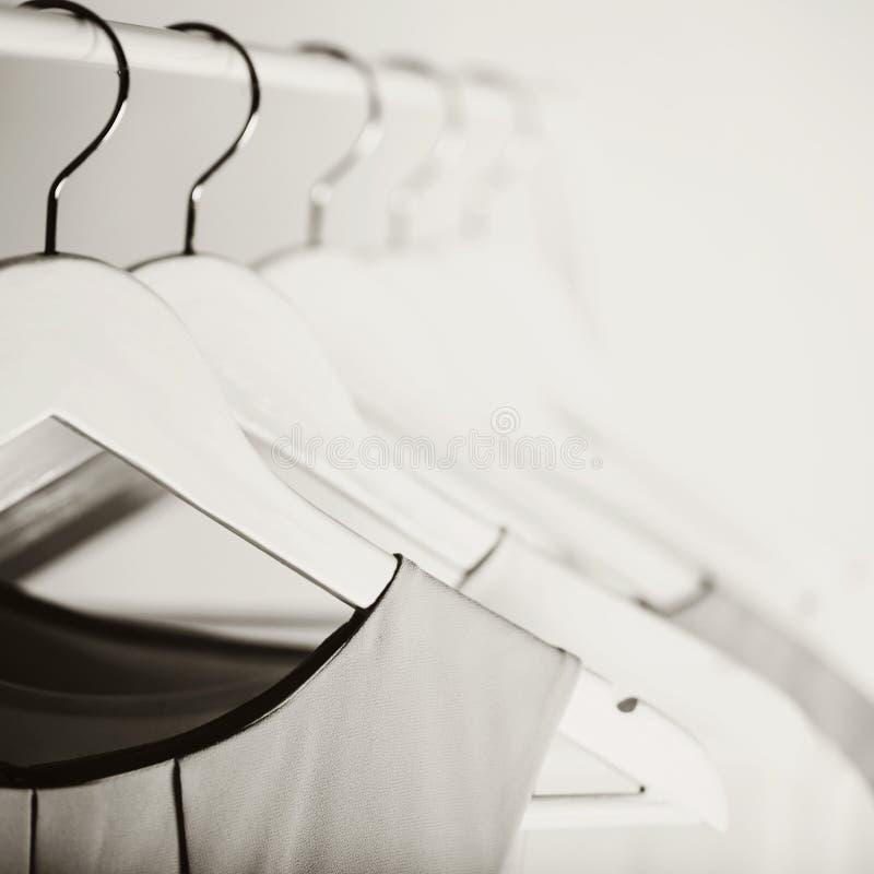 Zwart-witte foto met het onduidelijke beeld Vrouwen` s kleding op een wit stock afbeelding
