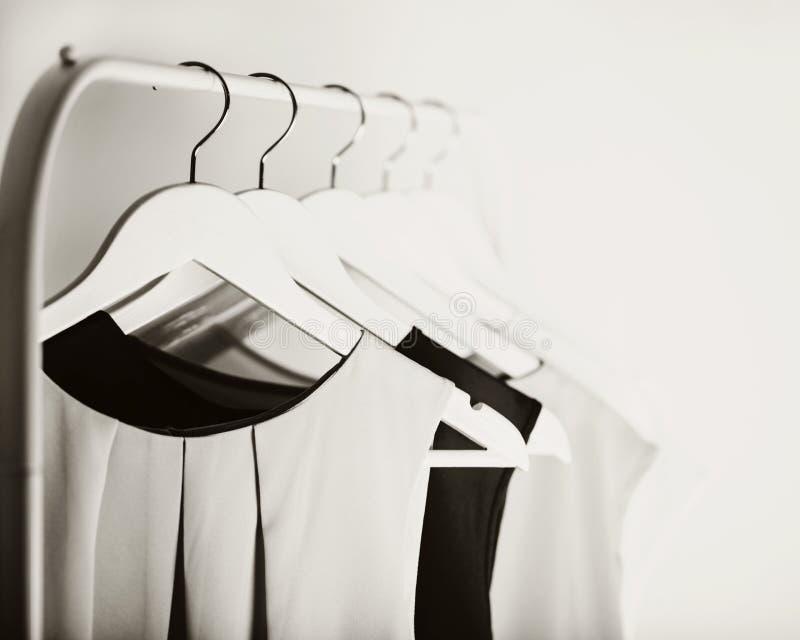 Zwart-witte foto met het onduidelijke beeld Vrouwen` s kleding op een wit royalty-vrije stock fotografie