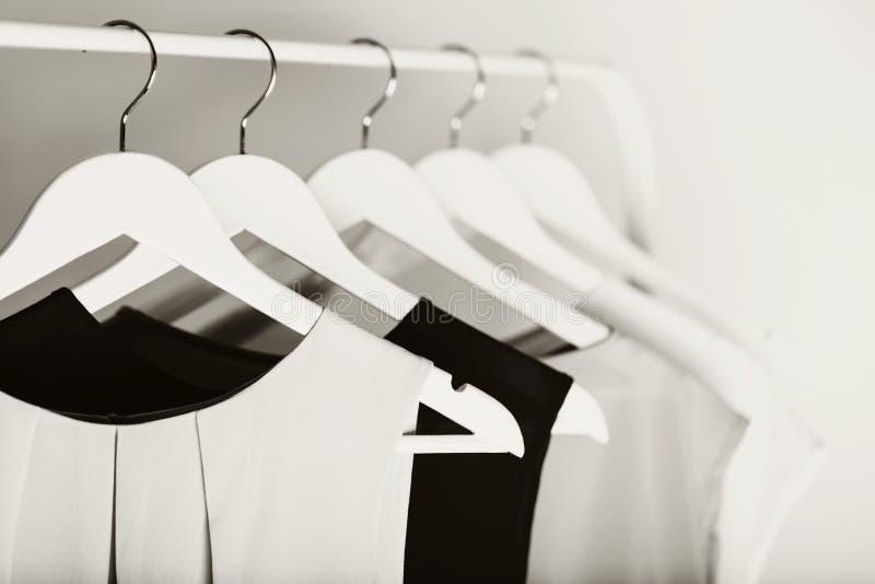 Zwart-witte foto met het onduidelijke beeld Vrouwen` s kleding op een wit royalty-vrije stock foto's