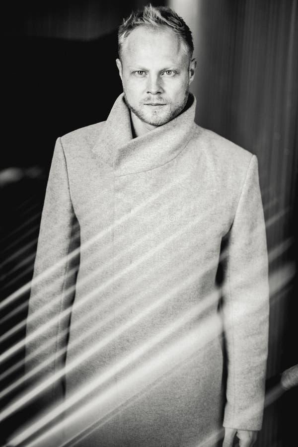Zwart-witte foto onder film van de ernstige mens in laag op straat royalty-vrije stock afbeelding