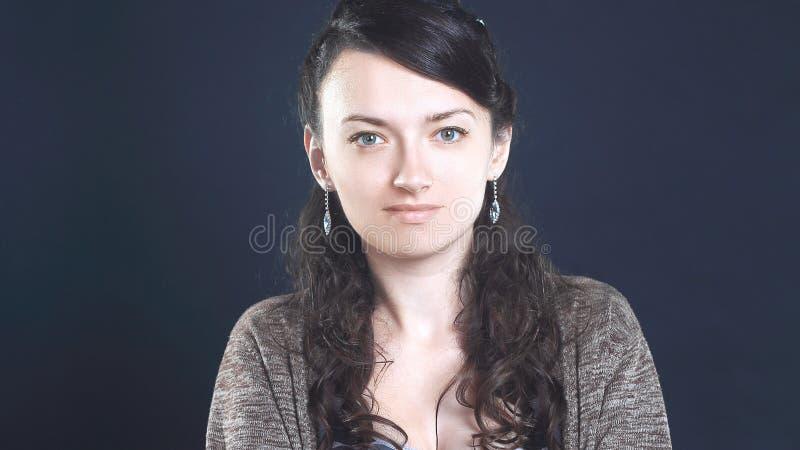 Zwart-witte foto Portret van een ernstige jonge vrouw stock fotografie