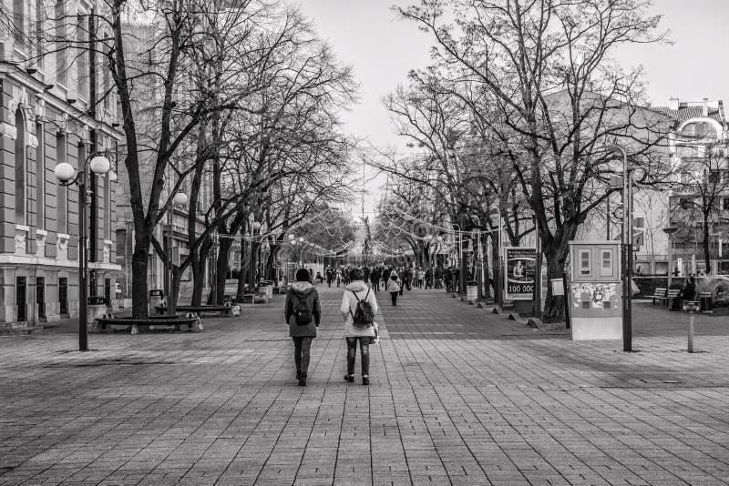 Zwart-witte foto van centrumstraat in Burgas royalty-vrije stock foto