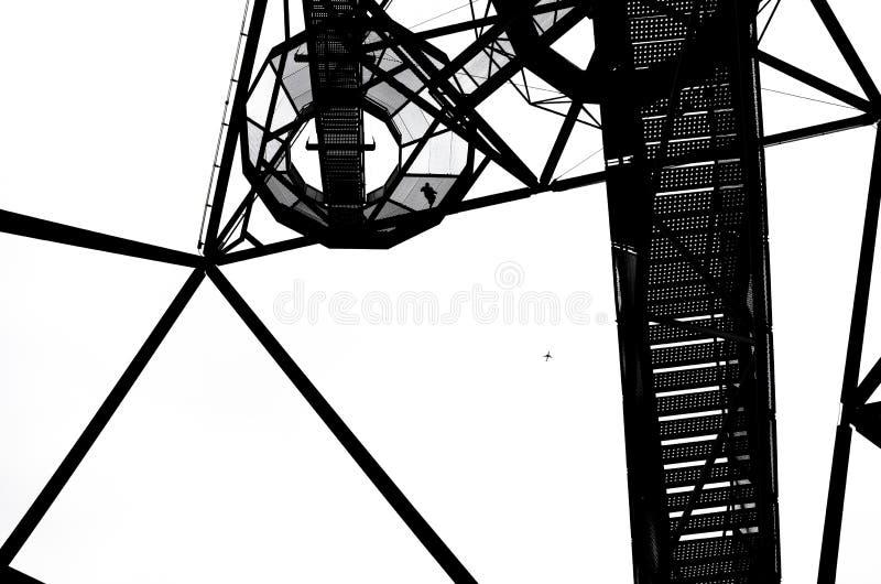 Zwart-witte foto van de bouw van Tetrageder in Duitse Bottrop met de trap die tot de bovenkant van het oriëntatiepunt leiden royalty-vrije stock foto