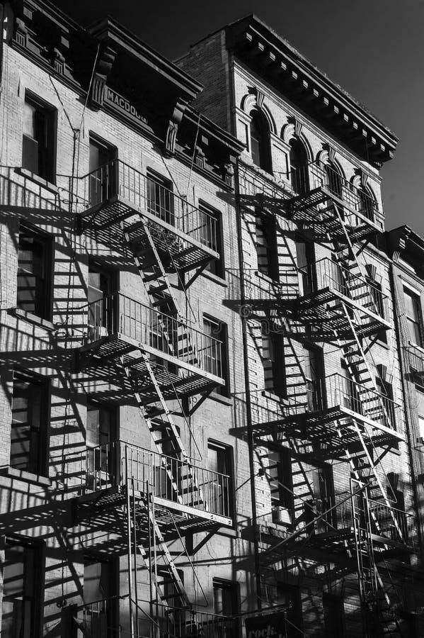 Zwart-witte foto van de buitenkant van een gebouw in New York stock afbeelding