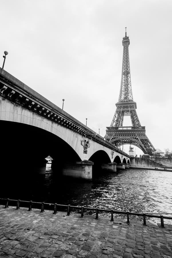 Zwart-witte foto van de toren van Eiffel en de brug van Jena stock foto