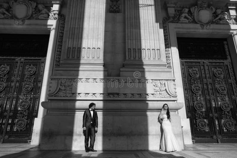 Zwart-witte foto van een bruid en een bruidegom royalty-vrije stock foto