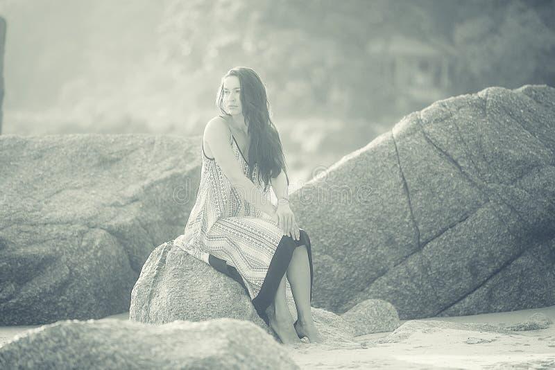 Zwart-witte foto van een meisje op strand stock afbeelding