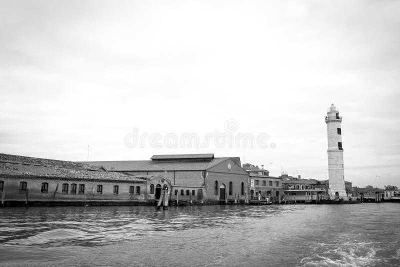 Zwart-witte foto van een oude fabriek van het glaswerk en de vuurtoren van Murano in Murano, dichtbij Venetië, Veneto gebied, Ita royalty-vrije stock foto's