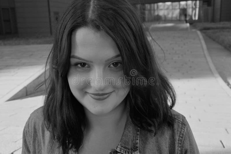 Zwart-witte foto van een vrouw met verleidelijk zicht royalty-vrije stock fotografie