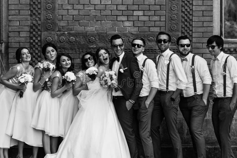 Zwart-witte foto van het paar met de vrienden stock foto's