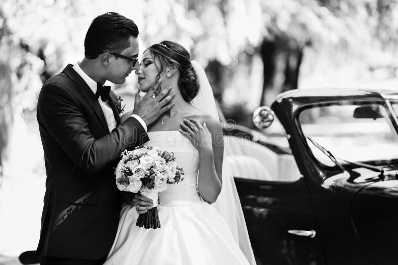 Zwart-witte foto van het paar op het huwelijk royalty-vrije stock foto