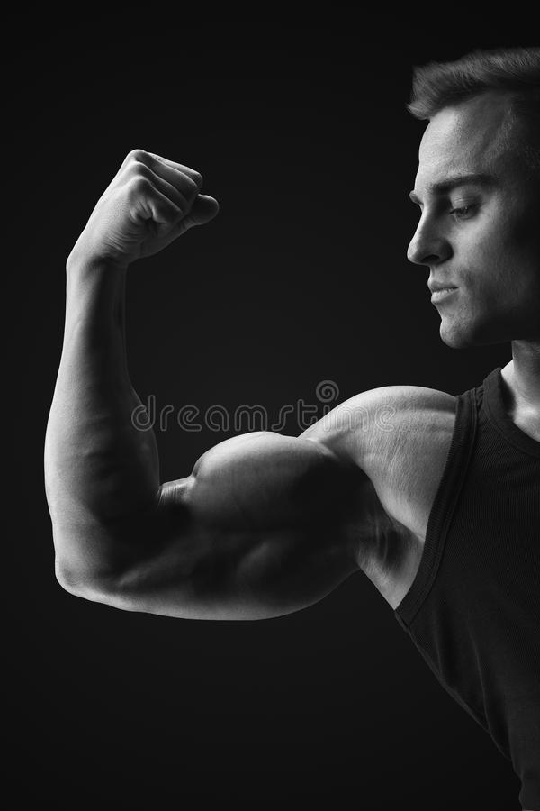 Zwart-witte foto van jonge confindent spierbodybuilder s stock afbeelding