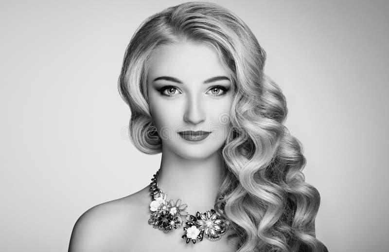 Zwart-witte foto van mooie vrouw met elegant kapsel royalty-vrije stock afbeeldingen