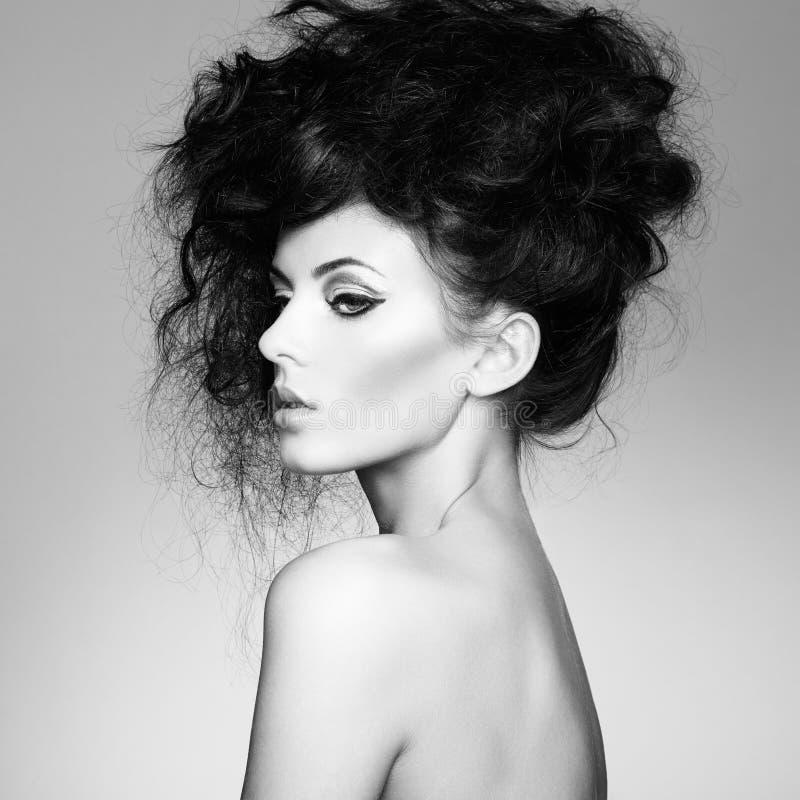 Zwart-witte foto van mooie vrouw met prachtig haar stock fotografie