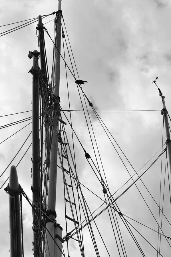 Zwart-witte foto van uitstekende lange varende schipmast royalty-vrije stock fotografie