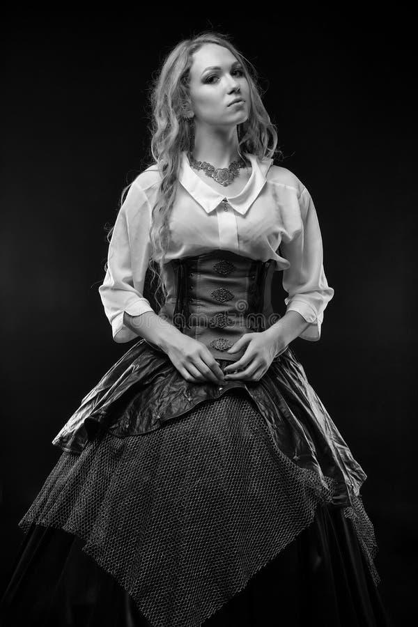 Zwart-witte foto van vrouw in fantasiekleding stock foto
