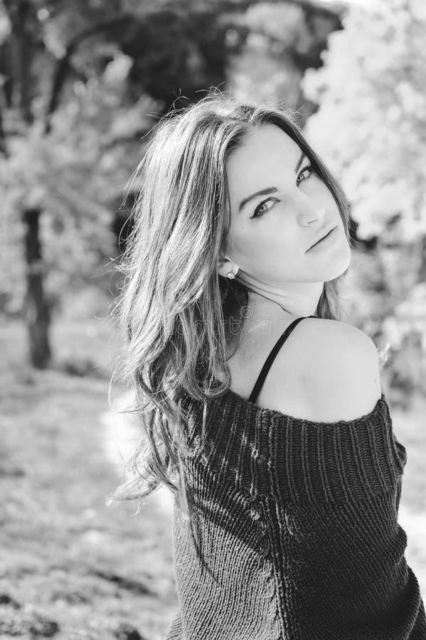 Zwart-witte fotografieclose-up van mooie jonge dame die sensually camera in openlucht bekijken op stock afbeeldingen